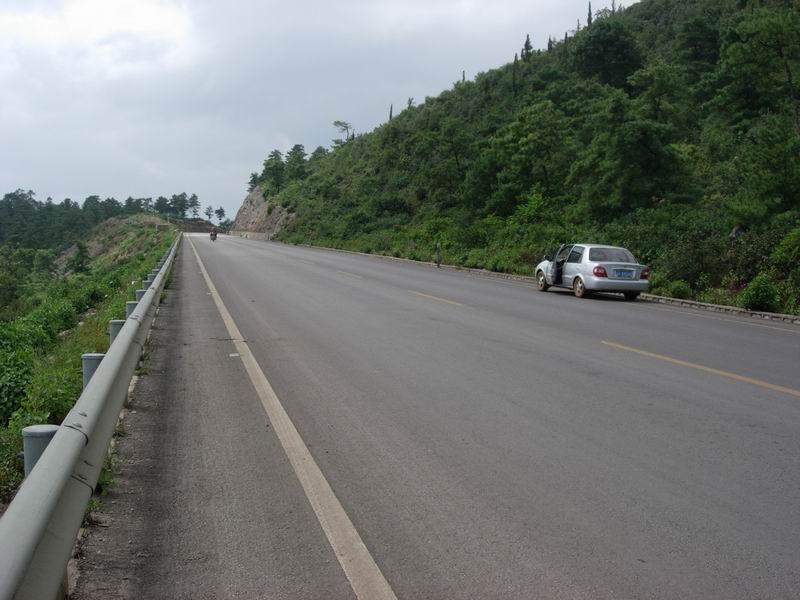从昆明到石林是双向六车道的高速,从石林到弥勒再到泸西再返回石林的