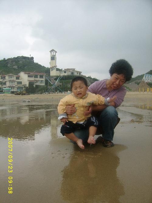 海边穿着袜子玩沙