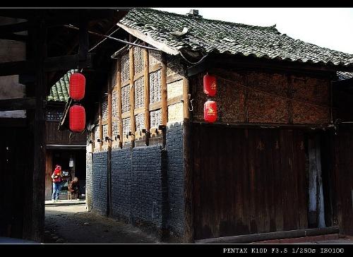 长街全是木结构的瓦房,都是明清时代修建的民居,风格是典型的川西特色
