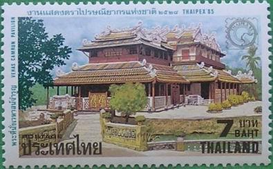 这座木结构双层宫殿的造型类似广东潮汕一带的殿堂建筑殿,门外有一