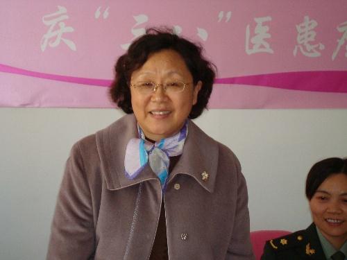 北京军区总院肿瘤科资深乳腺外科专家范萍女士起身温情