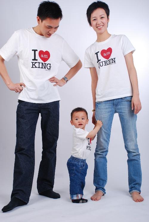 哈哈,看看我们一家三口扮演的角色:国王,皇后,王子